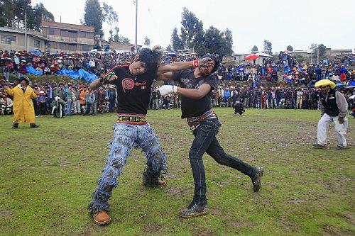 ペルーの伝統行事 年に1度の本気の決闘