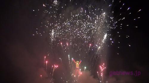 """盛大な花火が連発で打ち上がる中""""Man""""は燃えていく"""