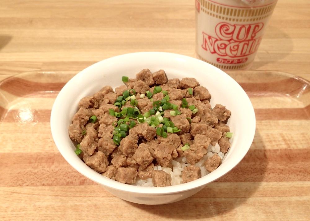 """カップヌードル35食分の""""謎肉""""がぎっしり! 驚くべきうまさの「謎肉丼」を食べてみた"""