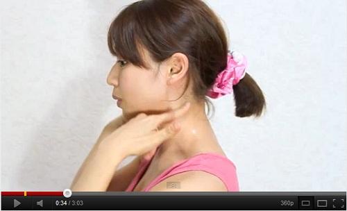 用意するものは、顔筋マッサージにも使用する、すべりの良いジェルやクリーム... 女の年齢は首に出