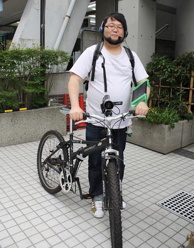 """自転車に乗って""""生放送""""する ..."""
