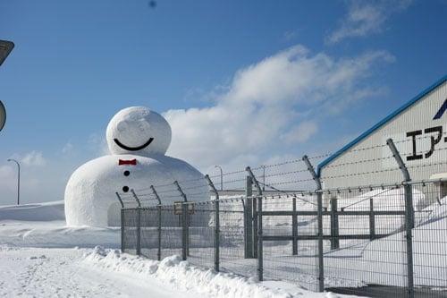巨大な雪だるま(かまくら?)