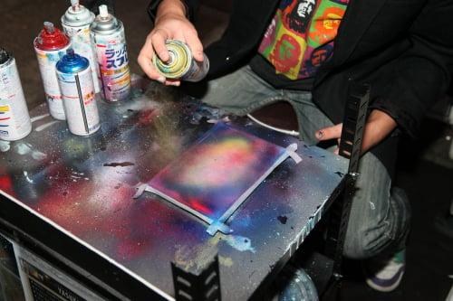 空もしくは宇宙の様な物をスプレーで描く