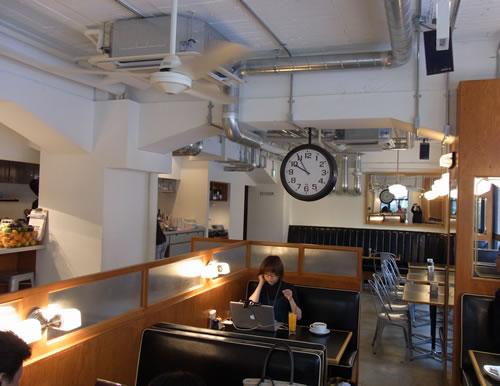渋谷のカフェ ON THE CORNER で『そらの的あさのニュース』を放送中のそらのさん