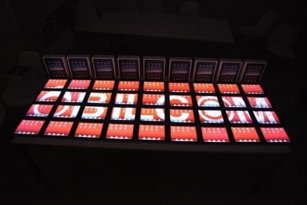 36台の『iPad』で会社のロゴを表示