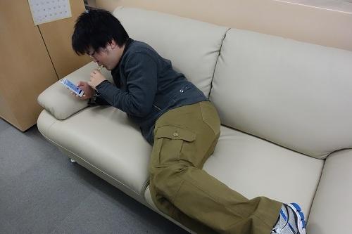 おやつを食べながらソファでのんびり