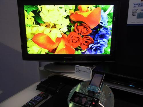 携帯電話の画像を無線LANで『DIGA』に転送し、テレビに映し出すデモ