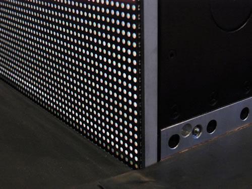 間近で見ると、LEDを敷き詰めたパネルが並べられています