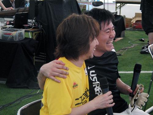 試合後、お互いの健闘を称え合う齋藤P氏、加藤氏