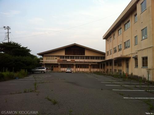 福島県立双葉高等学校正面玄関から体育館側をのぞむ