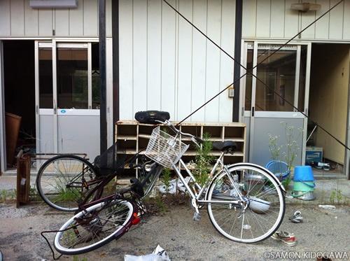 絶妙なバランスで支えあっている自転車