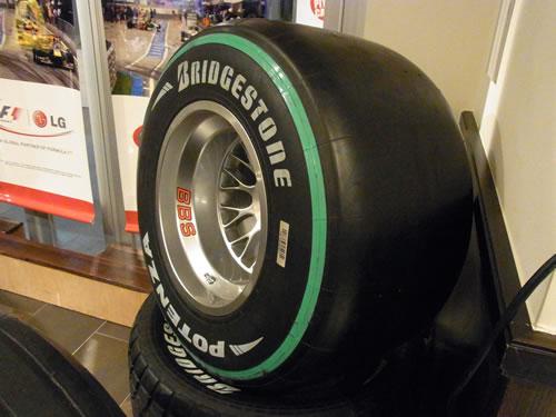 F1で使用されるブリヂストンのタイヤにはグリーンのラインが