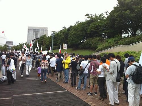 デモの開始を待つ人達