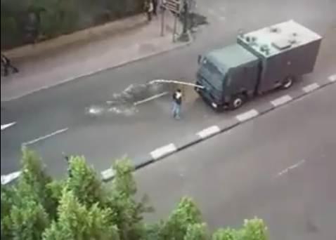 装甲車へ立ち向かう人