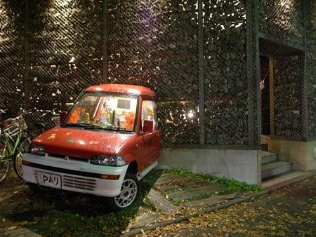 ガケ書房のシンボル「車が突っ込んでいる外観」