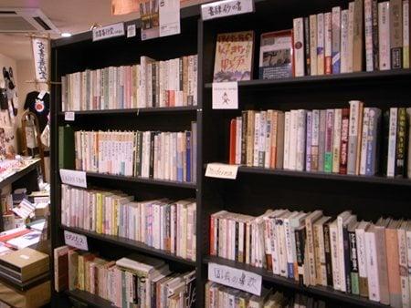 『ガケ書房』の貸し棚。全国の古書店・個人からの出店数は25!