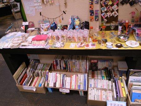 ガケ書房 手作り雑貨の棚の下にも古本がある