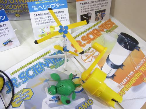 ヘリコプターやカメのおもちゃを動かせる『手回し発電ヘリコプター』