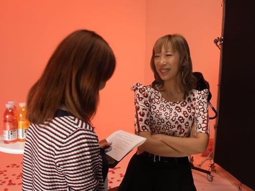 撮影の合間にインタビュー