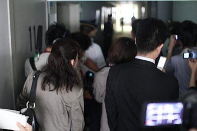警備員に撮影中止を求められ、庁舎内は緊張感が漂った