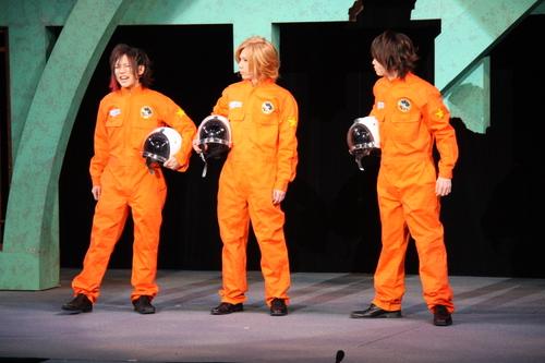 宇宙へと飛び立つ3人