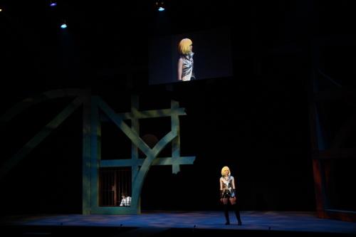 舞台上にスクリーンがあり、生放送の様子が見えるようです