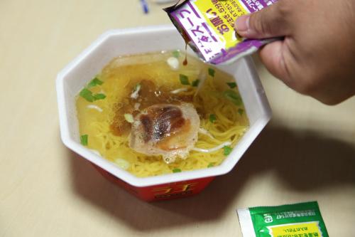 粉末と液体スープを入れる