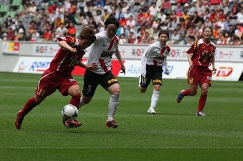 試合中:INAC高瀬選手と浦和 矢野選手