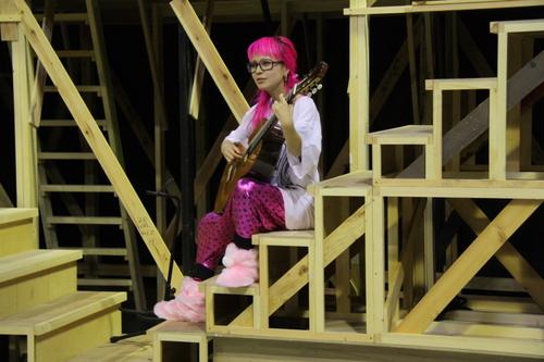 ギターを弾くシーンもあるようですね