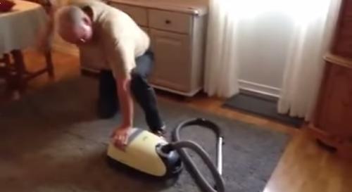 掃除機の電源を入れる動画