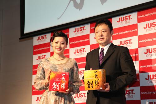 左:紫舟、右:ジャストシステム代表取締役社長 福良伴昭
