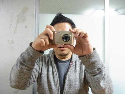 カメラのように構えて撮影