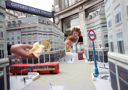 ミッシェル・ウィボウ氏によるケーキで出来たアート(ロンドン)