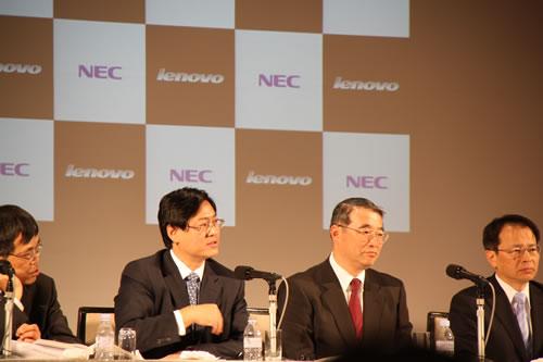 左はレノボ・グループCEOのユアンチン・ヤン氏、右はNEC代表取締役 執行役員社長の遠藤信博氏