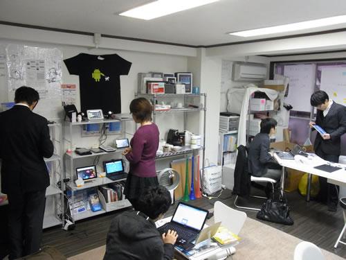 店内の様子。棚の反対側にレンタルスペースの机があります