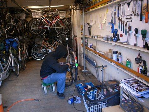 『かりおん』店内。自転車のメンテナンス中。