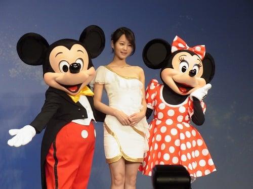 堀北真希さんとミッキー&ミニー