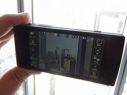 液晶を裏返して横持ちでカメラ撮影も可能。右上のシャッターボタンが利用できます