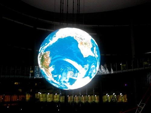 三菱電機製の有機ELディスプレー『Geo-Cosmos(ジオ・コスモス)』