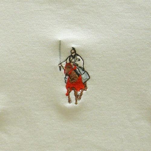 馬にまたがり、日本刀を手にしたお殿様の姿