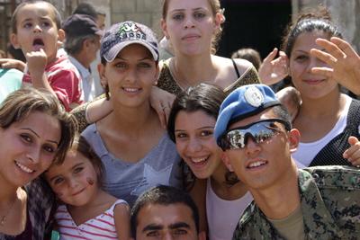 レバノンの市民と交流する李さん